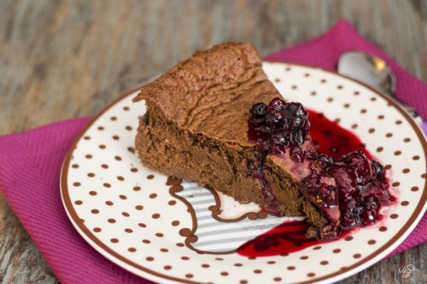 pastel de chocolate semi amargo con compota de frutos rojos