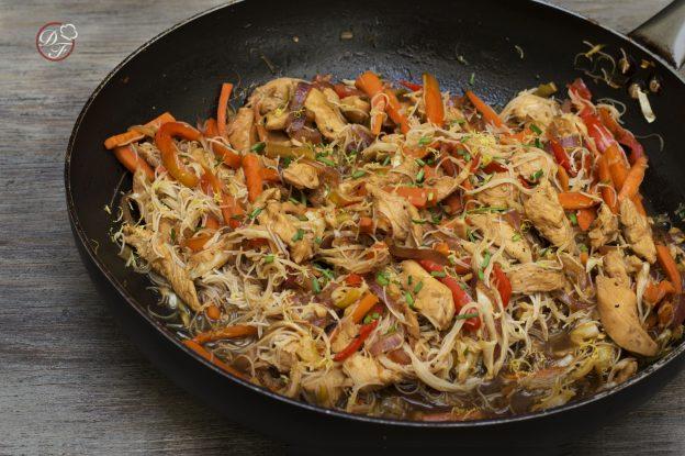 pollo al wok con vegetales y fideos de arroz